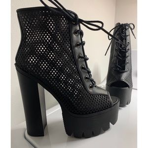 NEW IN BOX DOLLSKILL Chunky Lace Up Booties Size 7